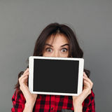 Pantalla morena joven de la tableta de la demostración de la mujer Fotografía de archivo