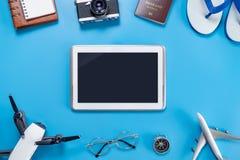 Pantalla negra de la tableta rodeada por los accesorios Imágenes de archivo libres de regalías