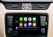 Pantalla principal de Apple CarPlay del iPhone en tablero de instrumentos del coche Foto de archivo libre de regalías