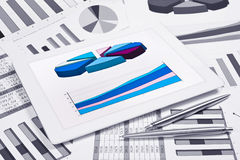 Pantalla táctil con las cartas y los diagramas Fotos de archivo libres de regalías
