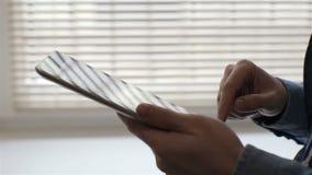 Pantalla táctil conmovedora de la superficie de la tableta de la mano del hombre almacen de metraje de vídeo