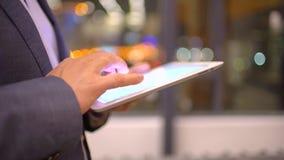 Pantalla táctil conmovedora de la superficie de la tableta de la mano hombre que usa el primer de la tableta almacen de metraje de vídeo