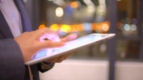 Pantalla táctil conmovedora de la superficie de la tableta de la mano hombre que usa el primer de la tableta almacen de video