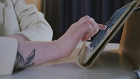 Pantalla táctil conmovedora de la tableta del finger del primer almacen de metraje de vídeo
