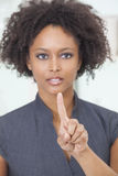 Pantalla táctil de la empresaria de la mujer del afroamericano Imagen de archivo