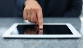 Pantalla táctil de la mano de la mujer en la tableta digital moderna Fotos de archivo libres de regalías