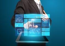 Pantalla táctil de la mano del hombre de negocios con concepto del negocio de la tecnología