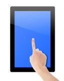 Pantalla táctil de la mano en la PC de la tableta Fotos de archivo libres de regalías
