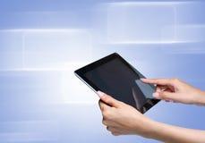 Pantalla táctil de la mano en la PC de la tablilla Fotos de archivo libres de regalías