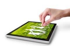 Pantalla táctil de la mano en la PC digital de la tablilla Fotos de archivo libres de regalías