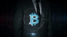 Pantalla táctil del hombre de negocios con el holograma del bitcoin almacen de metraje de vídeo