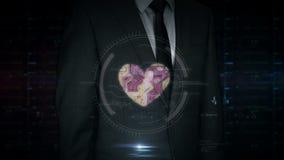Pantalla táctil del hombre de negocios con el holograma cibernético del corazón y del amor almacen de metraje de vídeo