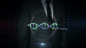 Pantalla táctil del hombre de negocios con el holograma de la biotecnología y de la hélice de la DNA metrajes