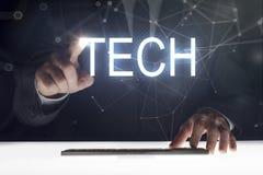 Pantalla táctil del hombre de negocios con la escritura de la 'tecnología ' fotos de archivo