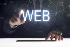 Pantalla táctil del hombre de negocios con la escritura de la 'web ' imagenes de archivo