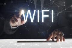 Pantalla táctil del hombre de negocios con la escritura de 'Wifi ' imagenes de archivo