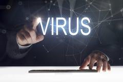 Pantalla táctil del hombre de negocios con la 'escritura de los virus imagen de archivo
