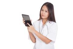 Pantalla táctil femenina joven asiática del doctor en la PC de la tableta Imágenes de archivo libres de regalías