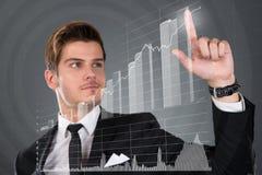 Pantalla transparente conmovedora del hombre de negocios con el gráfico de barra cada vez mayor Imagenes de archivo