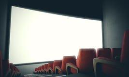Pantalla vacía del cine con los asientos rojos Con el filtro de color, de par en par 3d rinden Fotos de archivo libres de regalías