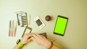 Pantalla verde Manos masculinas reparing smartphone almacen de metraje de vídeo