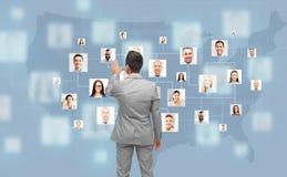 Pantalla virtual conmovedora del hombre de negocios con los contactos Fotos de archivo libres de regalías