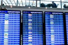 Pantallas de la presentación de la información del vuelo en un aeropuerto Fotos de archivo libres de regalías
