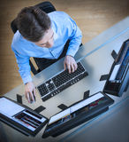 Pantallas múltiples de Analyzing Data On del comerciante en el escritorio Imagen de archivo libre de regalías
