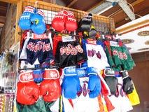 Pantalon de boxe et gants de boxe thaïlandais Photographie stock libre de droits