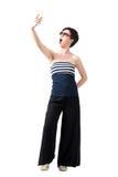 Pantalon de large-jambe de jeune fille et dessus de port de -le-épaule prenant le selfie expressif Image libre de droits