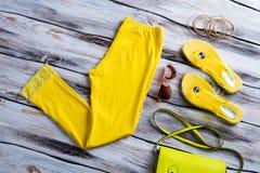 Pantalon et chaussures jaunes lumineux Image libre de droits