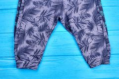 Pantalon imprimé par enfants en bas âge Photographie stock libre de droits