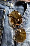 Pantalone delle blue jeans con i vetri di Sun Fotografia Stock