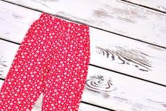 Pantalones casuales rojos de la niña pequeña Imágenes de archivo libres de regalías