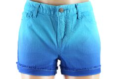 Pantalones cortos azules de los vaqueros de las mujeres. Fotos de archivo libres de regalías