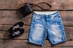 Pantalones cortos azules largos del dril de algodón de la señora Fotos de archivo libres de regalías