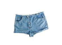 Pantalones cortos cortos del dril de algodón con el borde rasgado, aislado en el fondo blanco Imágenes de archivo libres de regalías