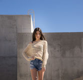 Pantalones cortos del dril de algodón de la mujer que llevan joven y suéter casual Imagen de archivo libre de regalías