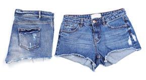 Pantalones cortos elegantes de la mezclilla en el fondo blanco, imagenes de archivo
