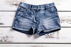 Pantalones cortos elegantes de los vaqueros de la señora Fotos de archivo libres de regalías