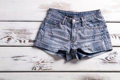 Pantalones cortos femeninos del dril de algodón del vintage Foto de archivo libre de regalías