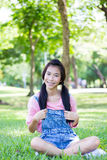 Pantalones cortos hermosos adolescentes del dril de algodón de la camisa del rosa de la muchacha Fotos de archivo libres de regalías
