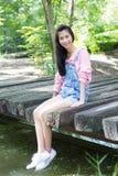 Pantalones cortos hermosos adolescentes del dril de algodón de la camisa del rosa de la muchacha Imagenes de archivo