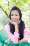 Pantalones cortos hermosos adolescentes del dril de algodón de la camisa del rosa de la muchacha Foto de archivo