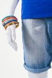 Pantalones cortos largos y pulseras coloridas Imágenes de archivo libres de regalías