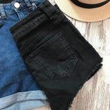 Pantalones cortos negros del dril de algodón detrás fotografía de archivo