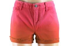 Pantalones cortos rojos de los vaqueros de las mujeres. Frente Fotografía de archivo