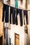 Pantalones de sequía en una calle estrecha Imagen de archivo