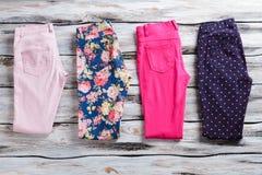 Pantalones doblados de diverso color Fotos de archivo libres de regalías