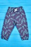 Pantalones modelados del bebé de los bolsillos Foto de archivo